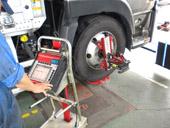 車輪にアタッチメントを装着し、コンピューターにデーターを集め測定していきます。