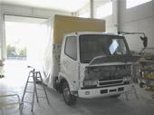 大型バスや大型トラックがすっぽり入る自社塗装ブースです。バンパーやボディの局部塗装からバスなどの全塗装までお任せ下さい。