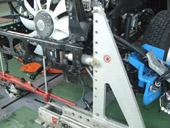 フレーム修正作業です。ベテランのメカニックが特殊な専用工具であらゆる曲がりを修正していきます。